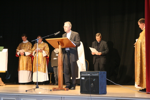 Revd Paul White preaching at the United Service